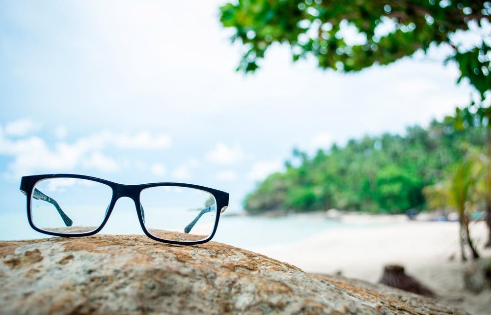 Преимущества и недостатки линз и очков в отпуске
